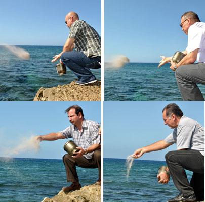 Gerardo, Antonio, Fernando y René lanzan al mar las cenizas de la amiga Bernie Dwyer