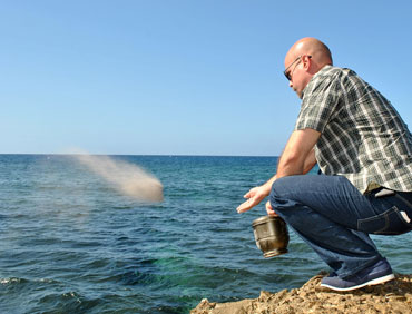 Gerardo lanza las cenizas de Bernie Dwayer al mar